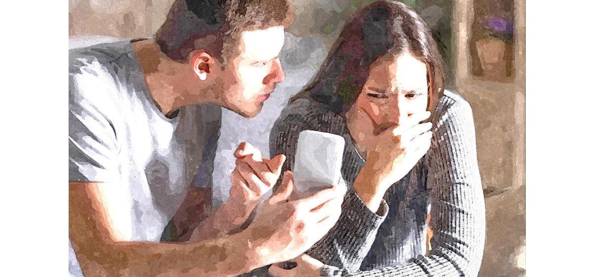 Девушка флиртует с чужими парнями в соцсетях. Является ли этой изменой и что делать, чтобы сохранить отношения?