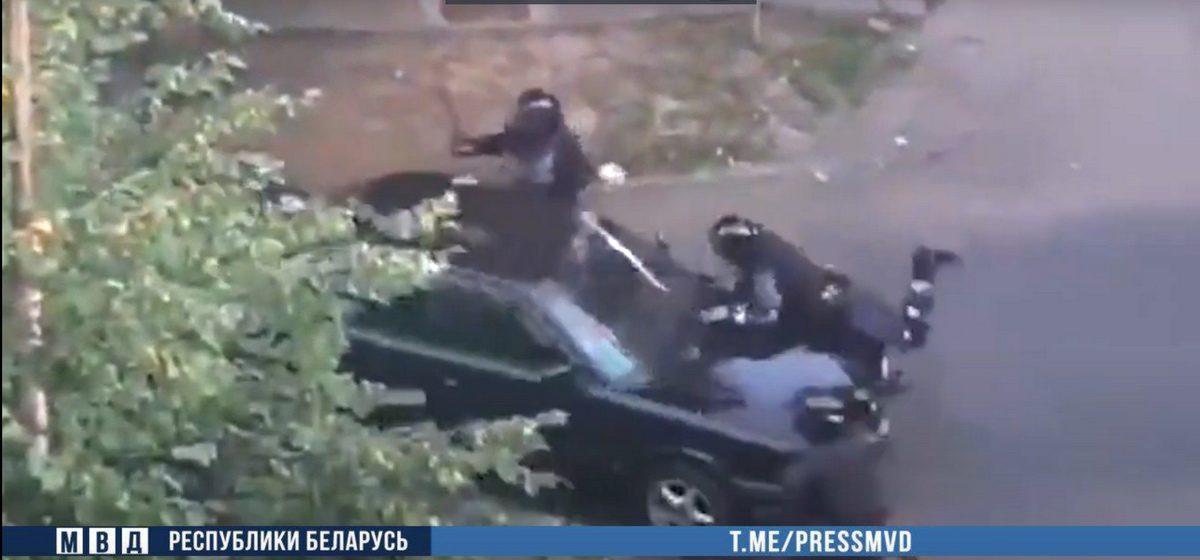 Задержан водитель, который совершил 10 августа наезд на милиционера в Барановичах. Видео