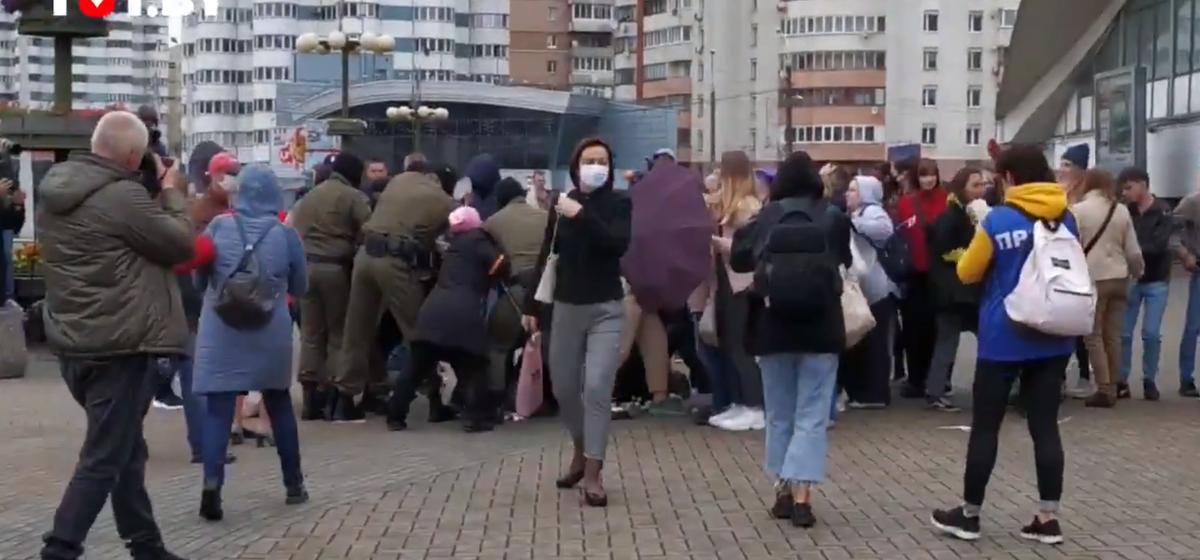 В Минске силовики задерживают людей, которые пришли на акцию солидарности с Марией Колесниковой