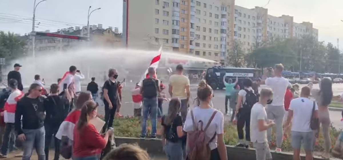 «Водили хороводы, пели песни». МВД объяснило, зачем в Бресте против демонстрантов применяли водомет