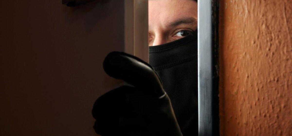 В Барановичах неизвестный в маске проник в дом, избил и ограбил хозяйку