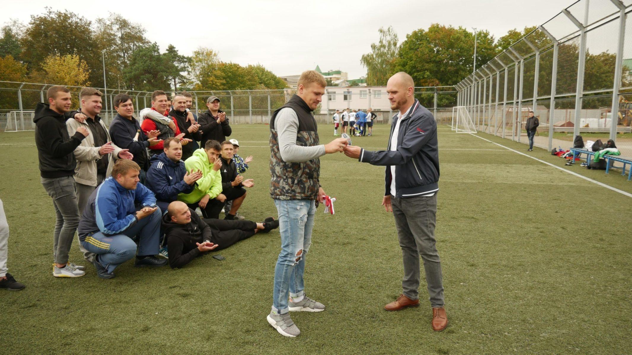 Павел Шупилов (справа) вручает приз лучшему бомбардиру, который за Алексея Ахремко получает капитан команды «К-Транс» Евгений Шадура.