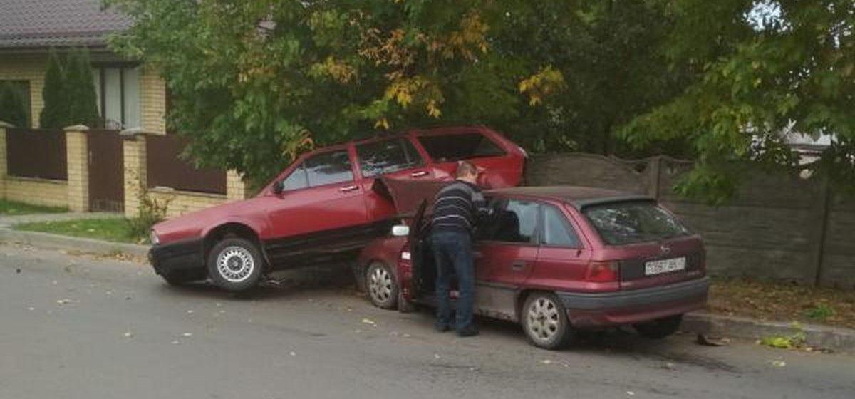 Необычное ДТП в Барановичах. Opel «нырнул» под Volkswagen
