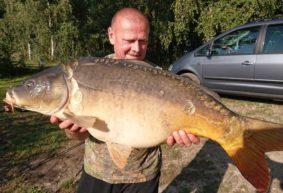 Житель Барановичей словил трех карпов-гигантов, сфотографировал и выпустил обратно в озеро