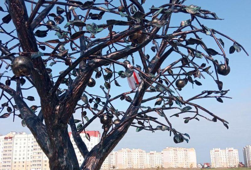 Ленточка на металлическом дереве в микрорайоне Боровки. Фото: соцсети
