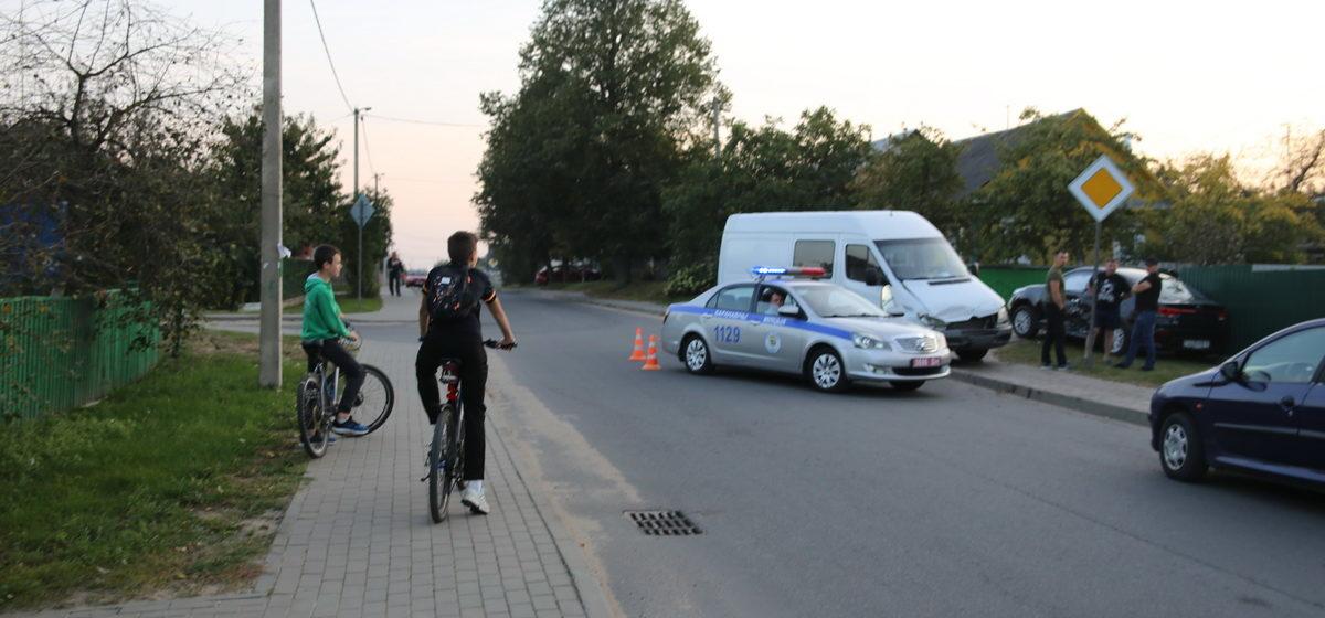 «КИА» и «Мерседес»столкнулись в Барановичах – от удара одно авто влетело в забор. Есть пострадавший