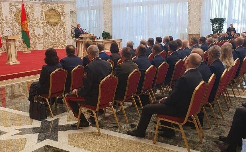 «Не факт, что он дотянет срок в этом кресле». Эксперты – о «секретной» инаугурации Лукашенко и о том, что будет дальше