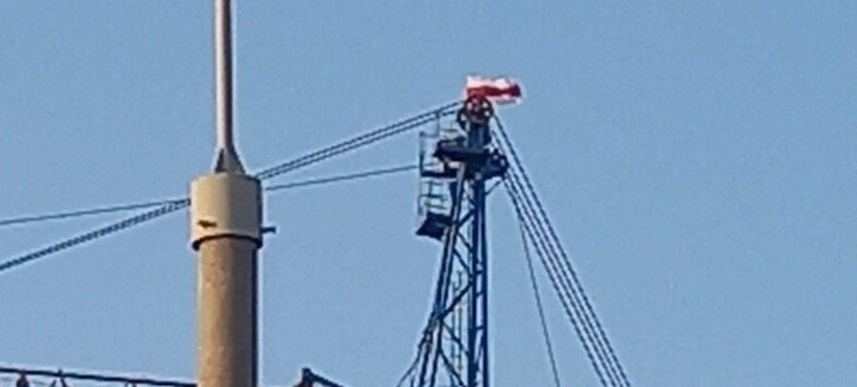 Бело-красно-белый флаг водрузили на верхушку строительного крана в Барановичах. Фотофакт