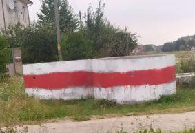Как жители Барановичей украшают город бело-красно-белой символикой. Фотоподборка