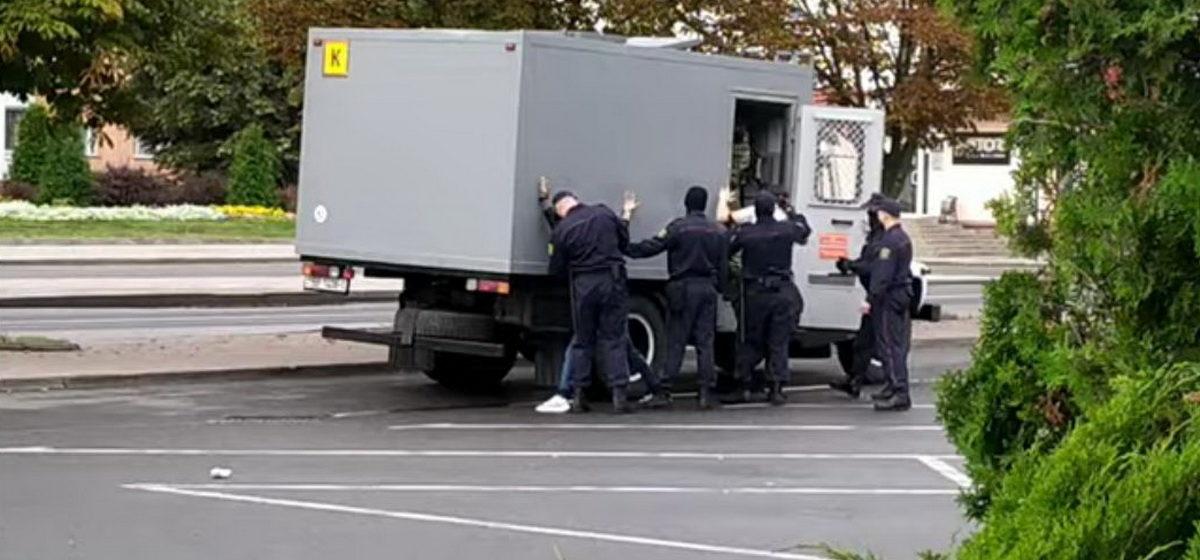 «Офицер на мне продемонстрировал, как зэка ставить в стойку». Барановичский медик рассказал, как вышел вынести мусор и попал в автозак