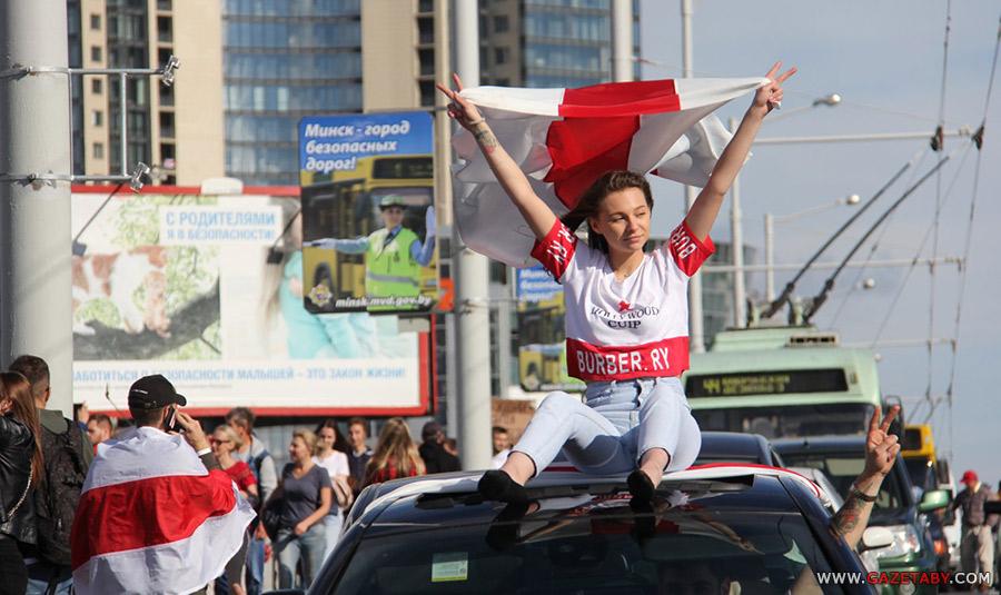 Коммерсантъ: «Лица девушек были разрисованы в красно-белые флаги. Именно это есть красная линия Лукашенко»