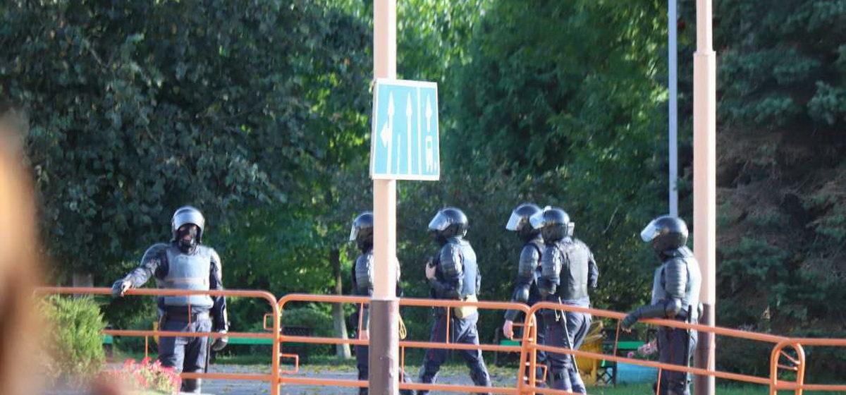 В Барановичах оцепили центр города и выставили силовиков в касках и бронежилетах. Фотофакт