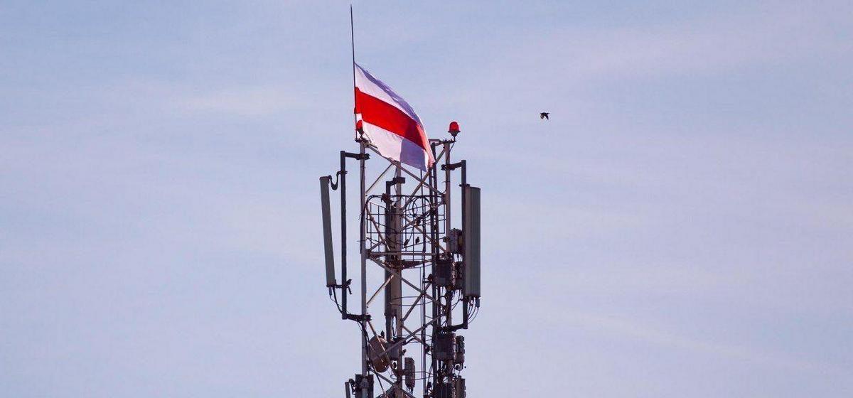 Бело-красно-белый флаг на вышке сотовой связи в Барановичах. Фотофакт
