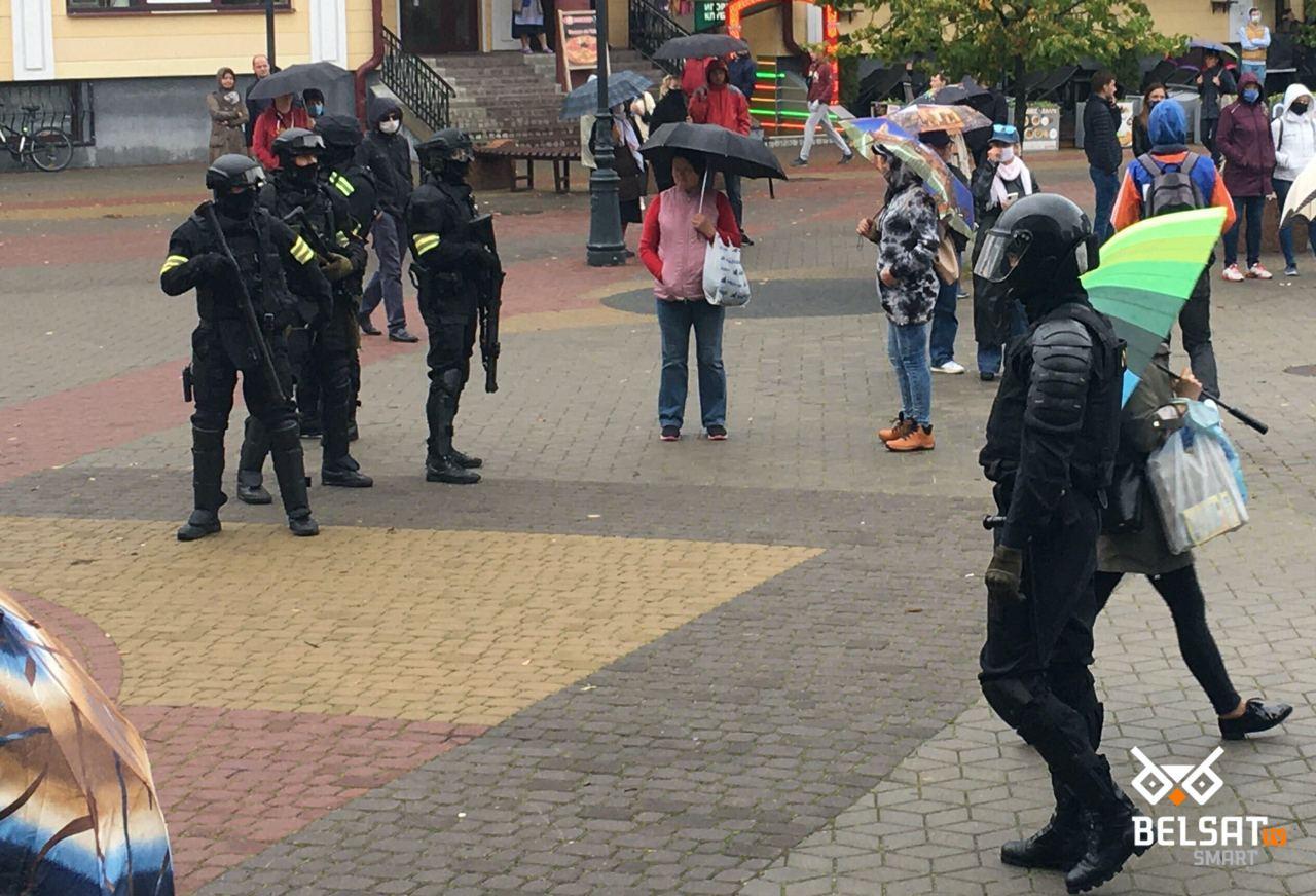 Милиционер с оружием в Бресте. Фото: Наша Ніва