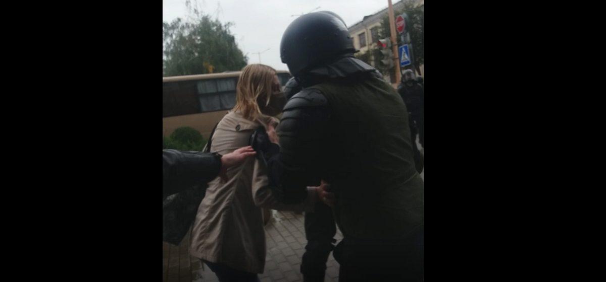 Жесткое задержание девушки сотрудниками МВД в Барановичах. Еще одной стало плохо. Видео
