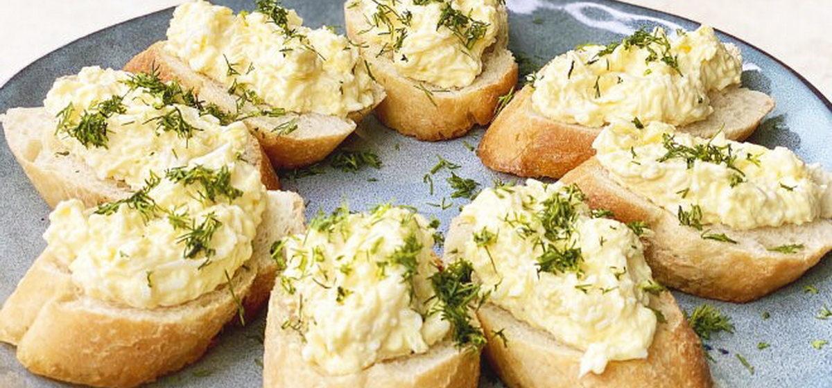 Вкусно и просто. Горячие бутерброды с яйцом и чесноком на сковороде