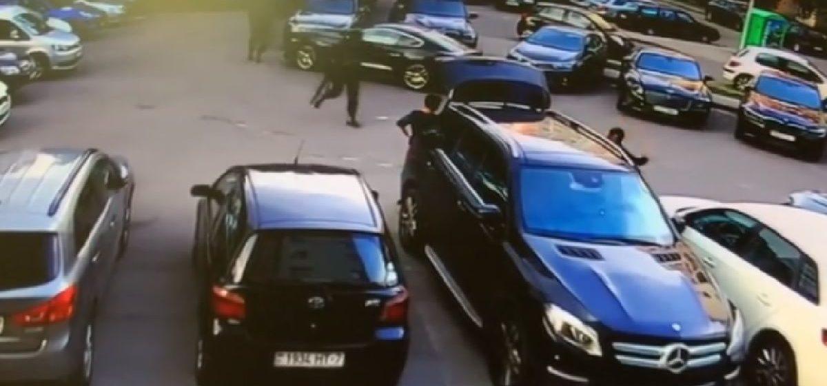 Бывшего ведущего ОНТ Дмитрия Кохно задержали вооруженные силовики. Видеофакт