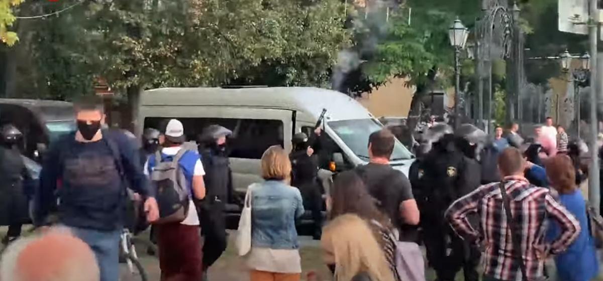 Сотрудник милиции стреляет из ружья в Бресте. Видеофакт