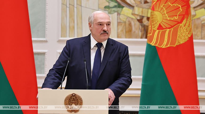 Лукашенко: Отступать некуда. Мы в плен никого не берем. Если кто-то прикоснется к военнослужащему, он должен уйти оттуда как минимум без рук