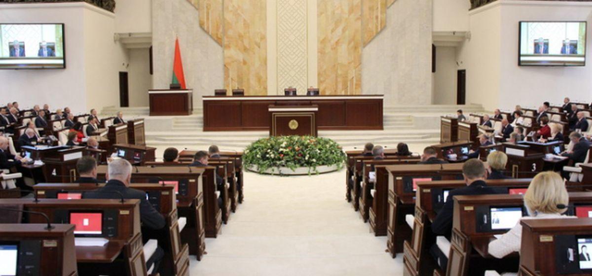 «Изменить Конституцию, чтобы не менять ничего». Зачем собирают мнения по поводу корректировки Основного закона и к чему это приведет?