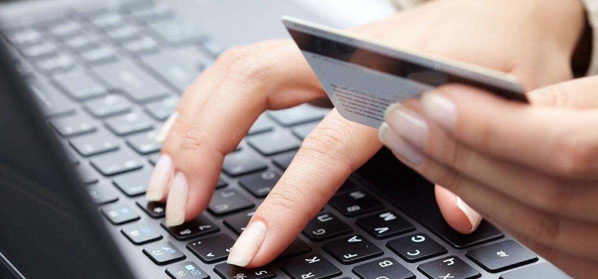 «Даже не успела ввести код». У жительницы Барановичей с карточки пропала зарплата, она винит банк