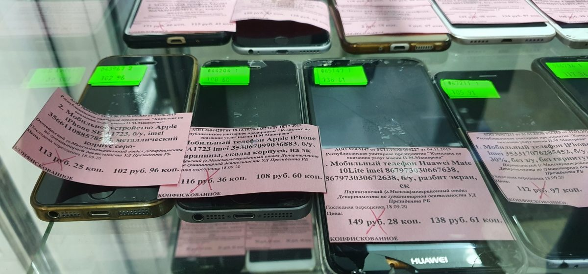 В Сети пишут про разбитые смартфоны в магазине конфиската в Минске. Могли ли их изъять в августе