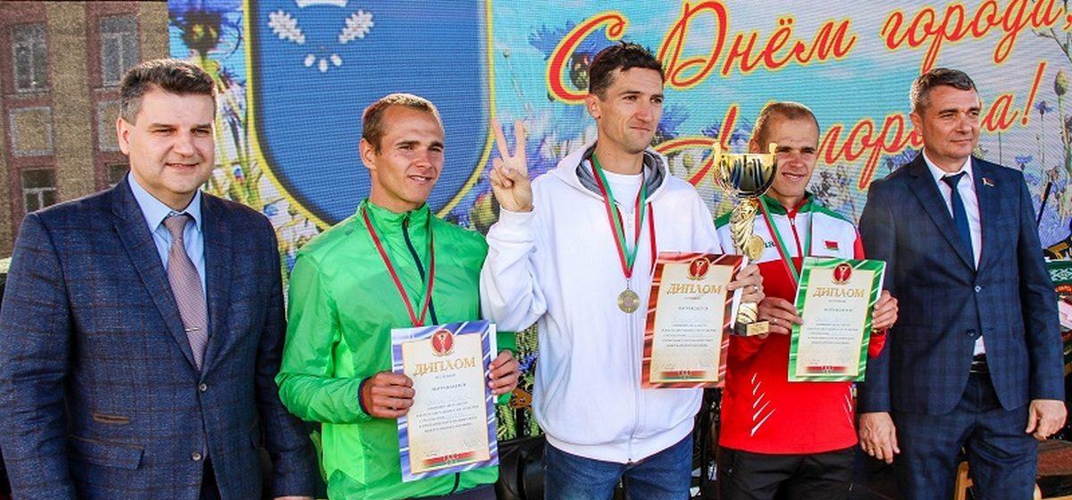 Житель Барановичей победил в международном марафоне. Свою победу он посвятил задержанной баскетболистке Левченко и всем избитым на мирных акциях
