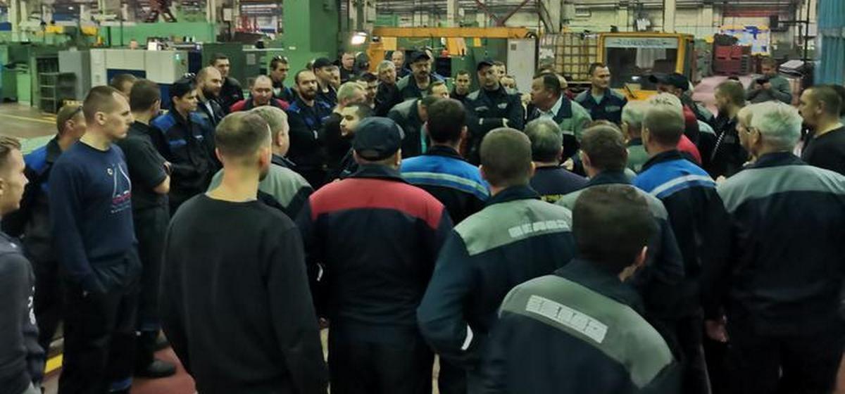 Рабочие одного из цехов БелАЗа отказались работать из-за увольнения бастовавших трех сотрудников