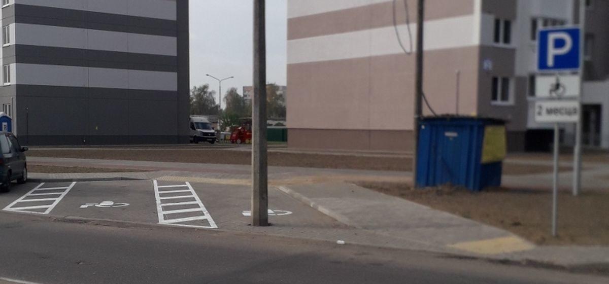 На парковочных местах у новостроек в Барановичах стоят столбы. Почему так вышло?