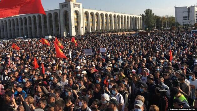 Беспорядки в Кыргызстане: протестующие освободили экс-президента, заняли Администрацию главы государства и Дом правительства