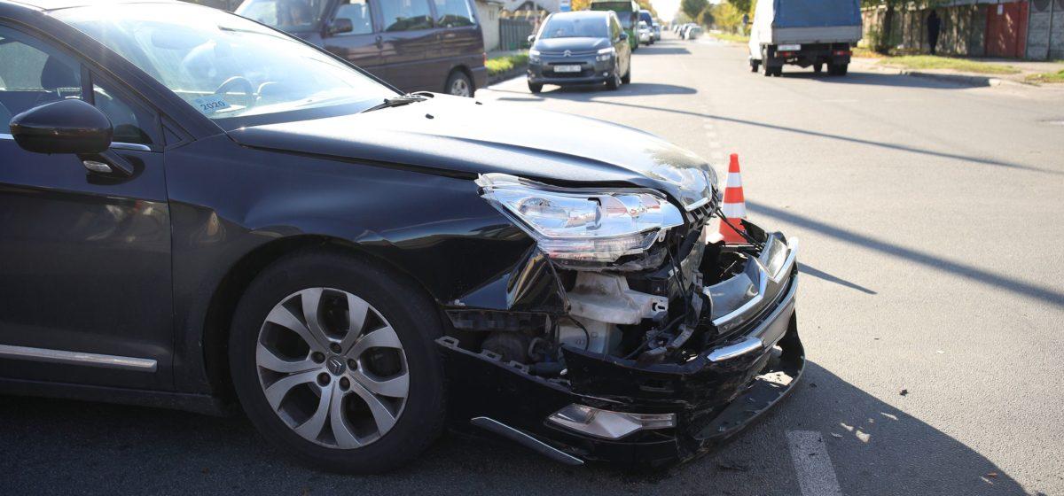 «Пежо» и «Ситроен» столкнулись на аварийном перекрестке в Барановичах
