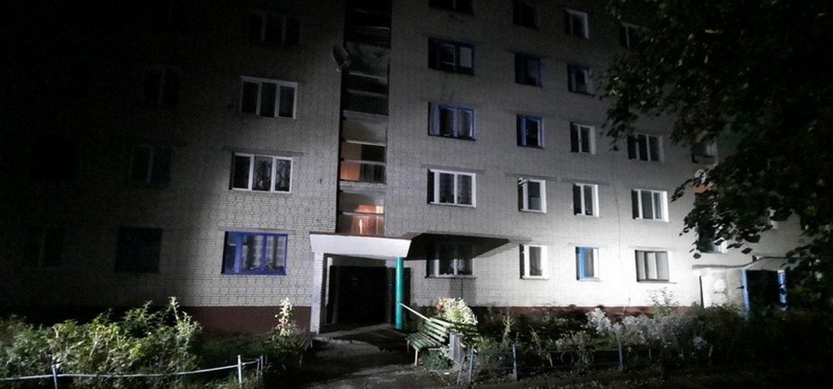 Хозяина квартиры нашли на полу, еще пять человек эвакуировали. Пожар в многоэтажке в Барановичах