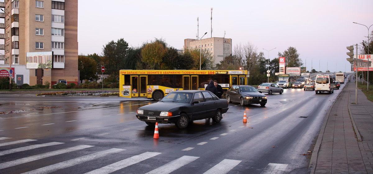 «БМВ» и «Ауди» не разъехались на съезде с путепровода в Барановичах. Фотофакт
