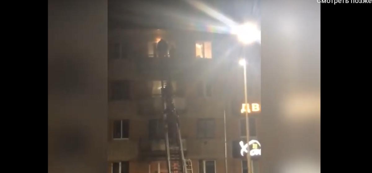 МЧС и милиция взобрались в квартиру на 5-м этаже в Барановичах. Видеофакт