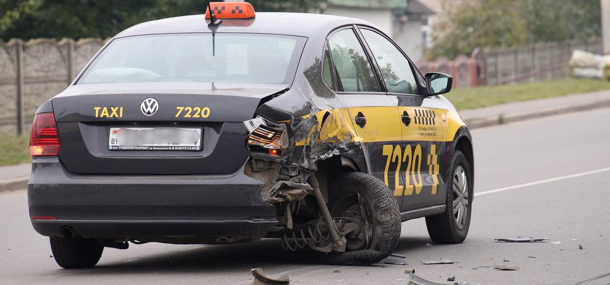 В Барановичах во время ДТП в автомобиле такси вывернуло колесо