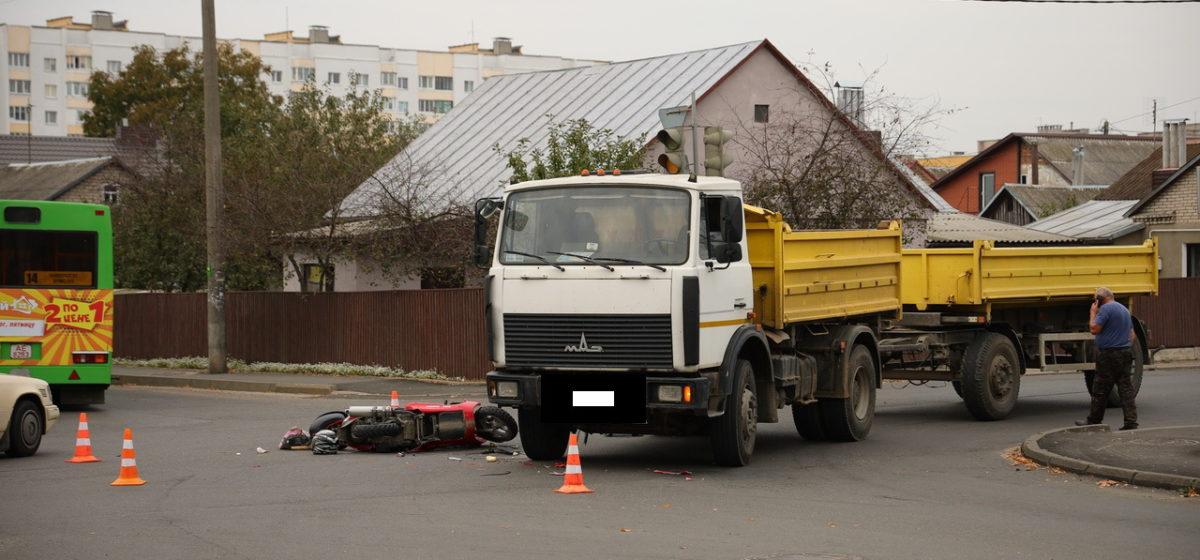 «МАЗ» и скутер столкнулись в Барановичах. Скутериста увезла скорая