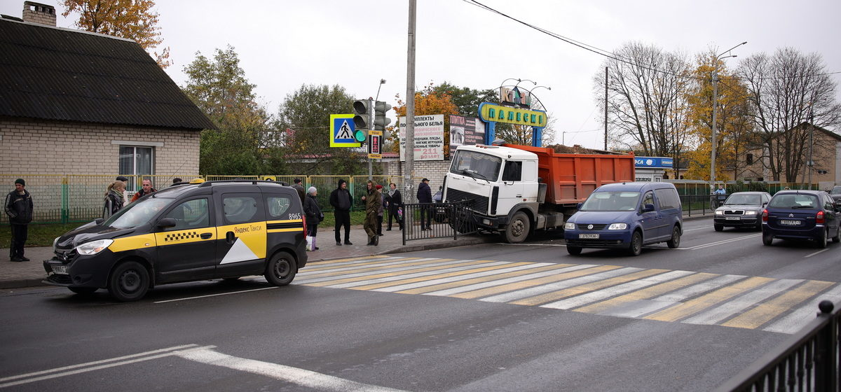 В Барановичах «МАЗ» протаранил два «Рено», сломал ограждение и выехал на тротуар