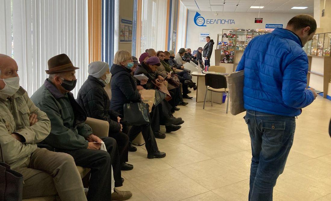 Горожане в очереди в почтовом отделении на улице Советской. Фото: Диана КОСЯКИНА