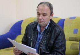 «На улице тепло, а у меня +30°C». Житель Ляховичей несколько лет борется с жарой в своей квартире