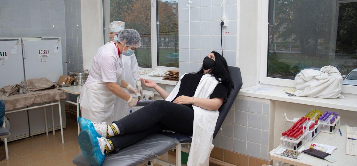 Процедура сдачи крови не пугала корреспондента Intex-press Александру Разину, но смотреть, как будут вводить иглу в вену и выкачивать кровь, ей все же было страшно. Фото: Андрей БОЛКО