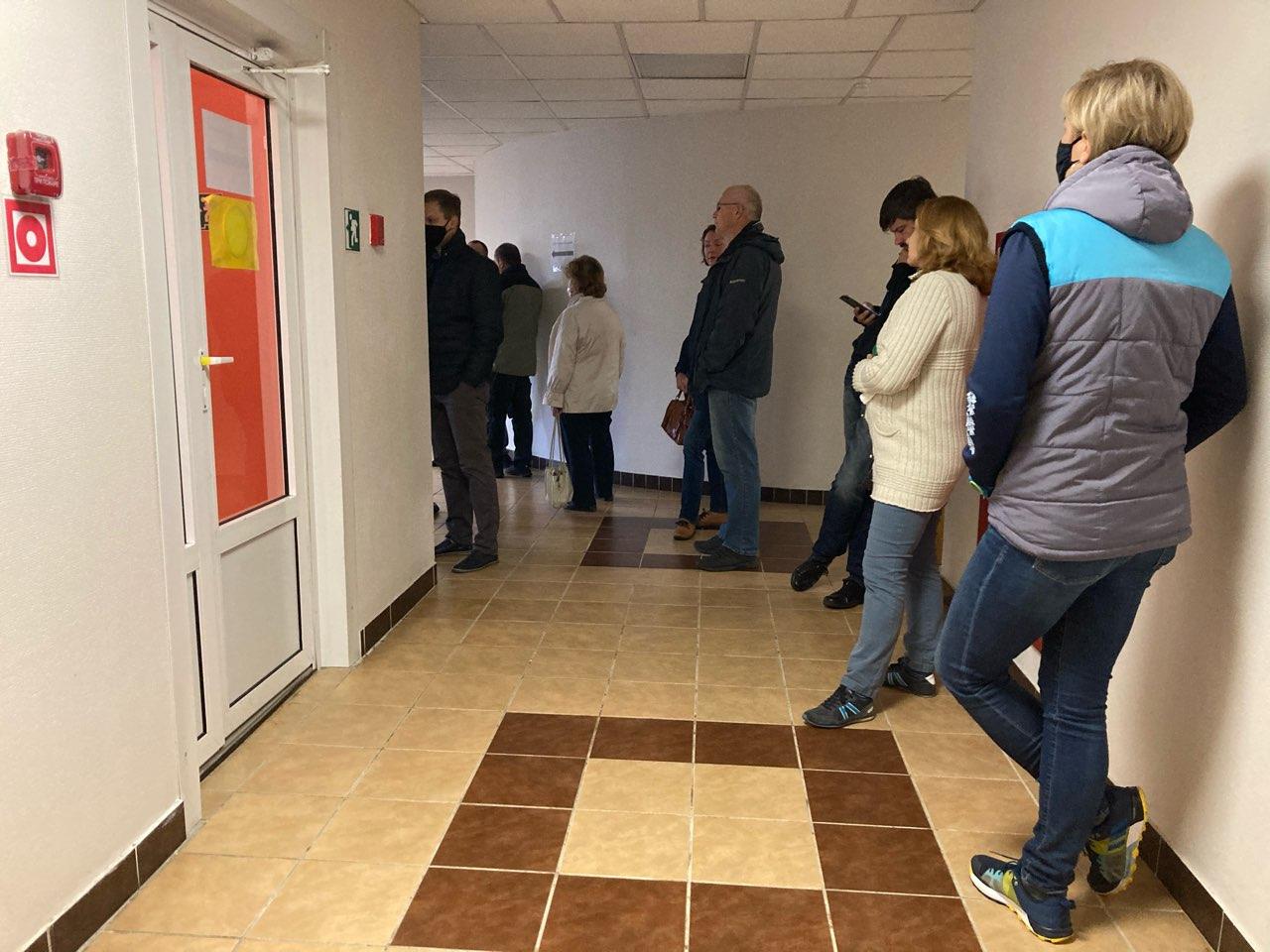 Заявители ждут в конференц-зале начала судебного заседания. Фото: Ирина КОМИК