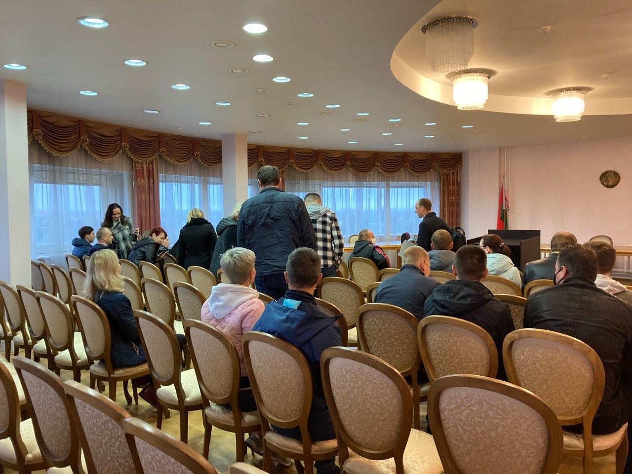 Заявители ждут начала судебного заседания в конференц-зале. Остальные слушатели ожидают в коридоре. Фото: Ирина КОМИК