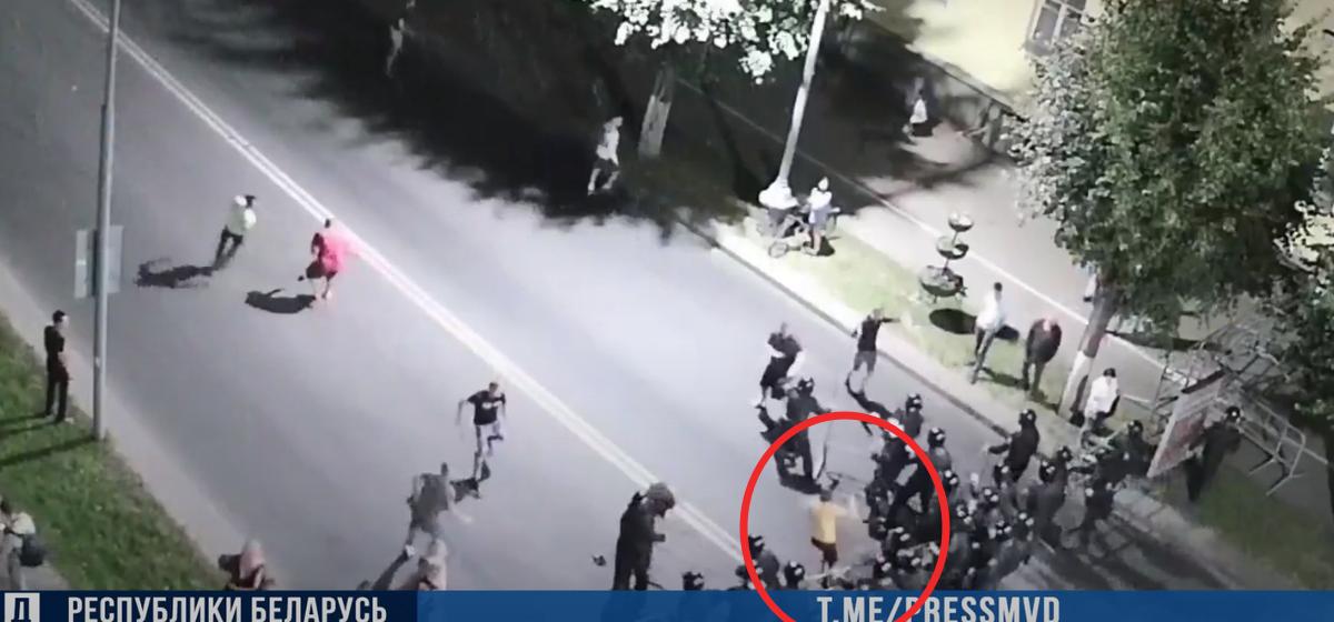 Парня, который 9 августа ударил милиционера, приговорили к 3,5 годам колонии. Видео