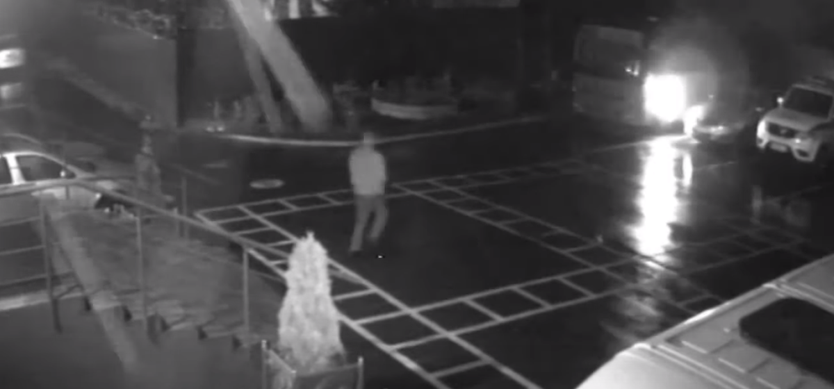 Во двор Минского РУВД ночью бросили три коктейля Молотова — горел служебный автобус. Видео