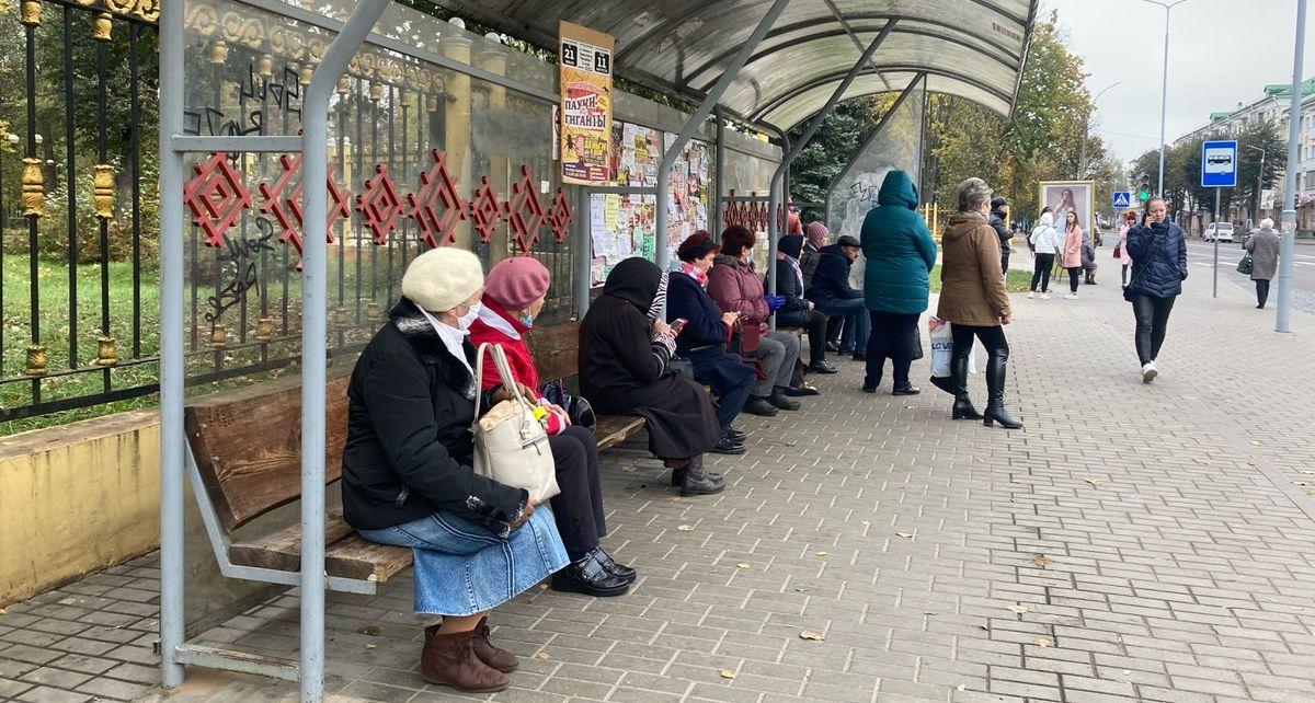 Горожане на автобусной остановке возле Молодого парка. Фото: Диана КОСЯКИНА