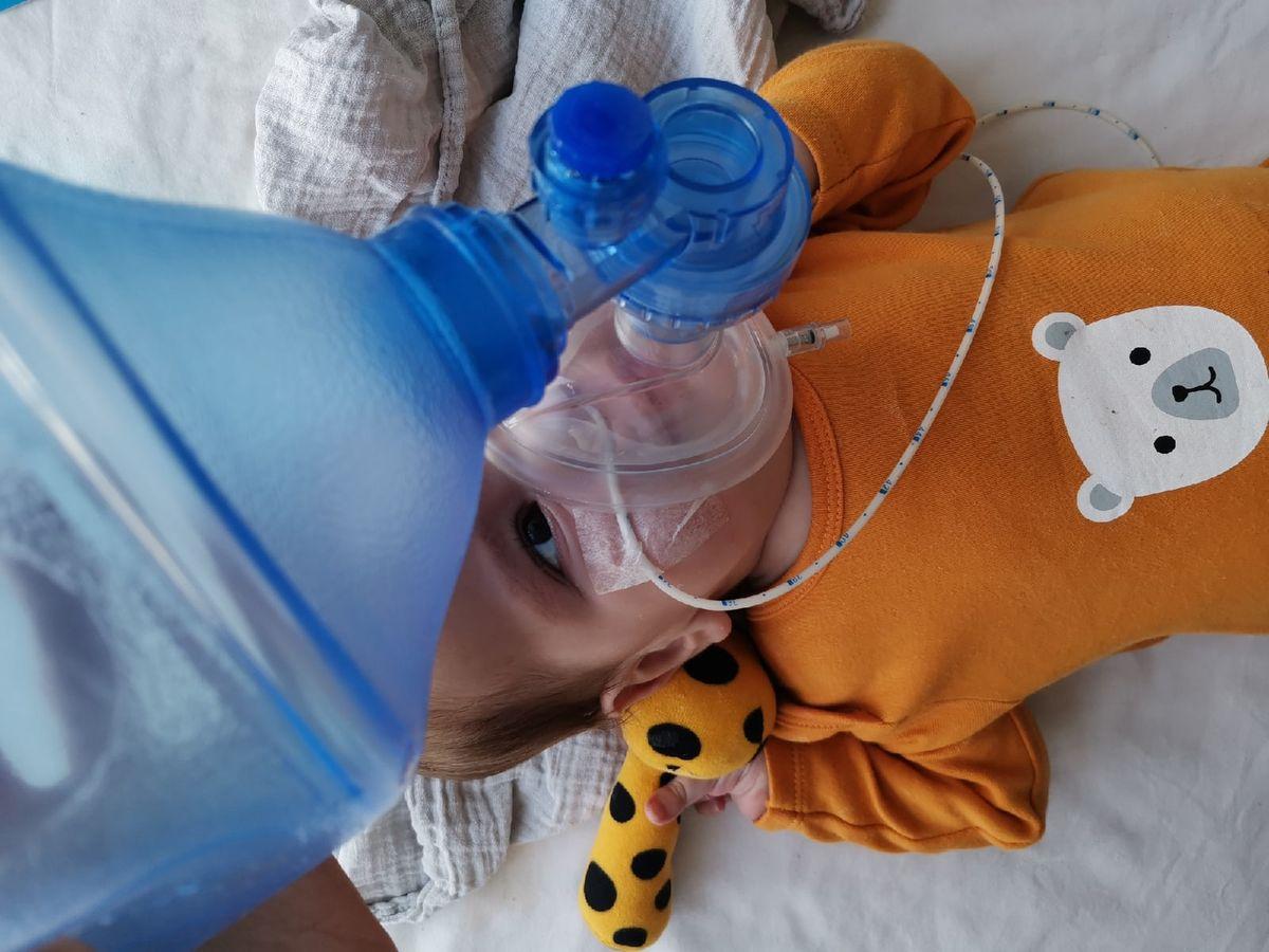 Малышке Софии Жагунь приходится терпеть сложные и тяжелые для детского организма процедуры. Фото предоставлено Юлией ЖАГУНЬ