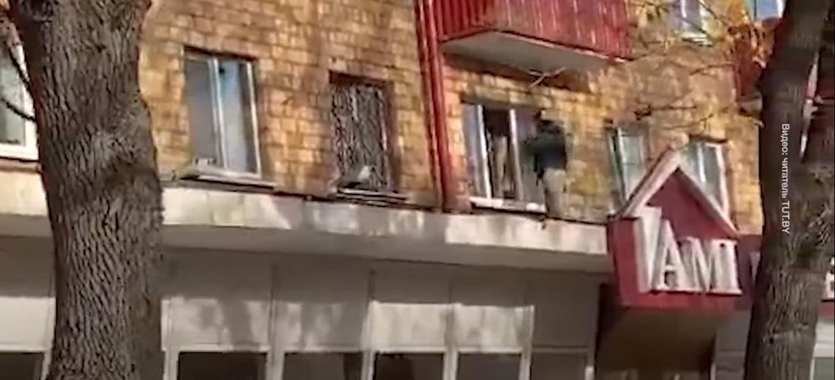 Неизвестные c дубинками забрались через окно в квартиру на втором этаже во время марша в Минске. Видео