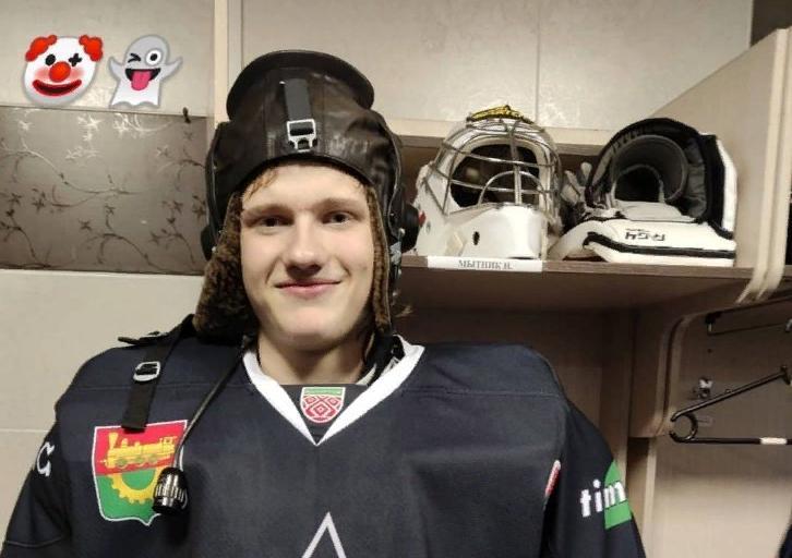 Никита Мытник, как лучший игрок команды в игре, в переходящем трофее – шлеме летчика. Фото: сообщество Хоккейный клуб «Авиатор» во «ВКонтакте»