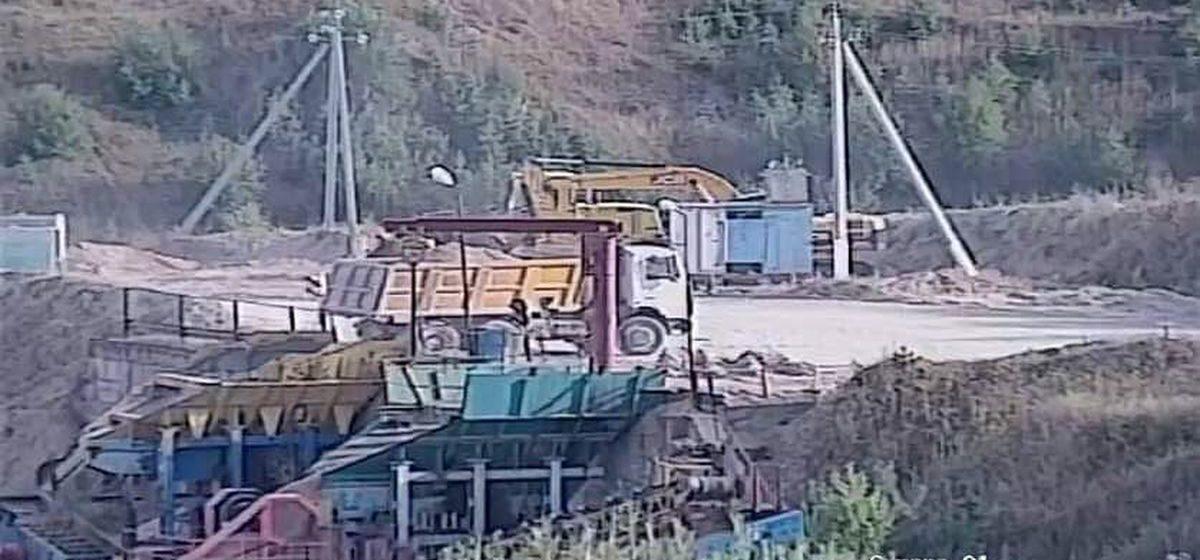 СК рассказал подробности смерти рабочего, которого засыпало песчаной смесью на предприятии в Барановичском районе