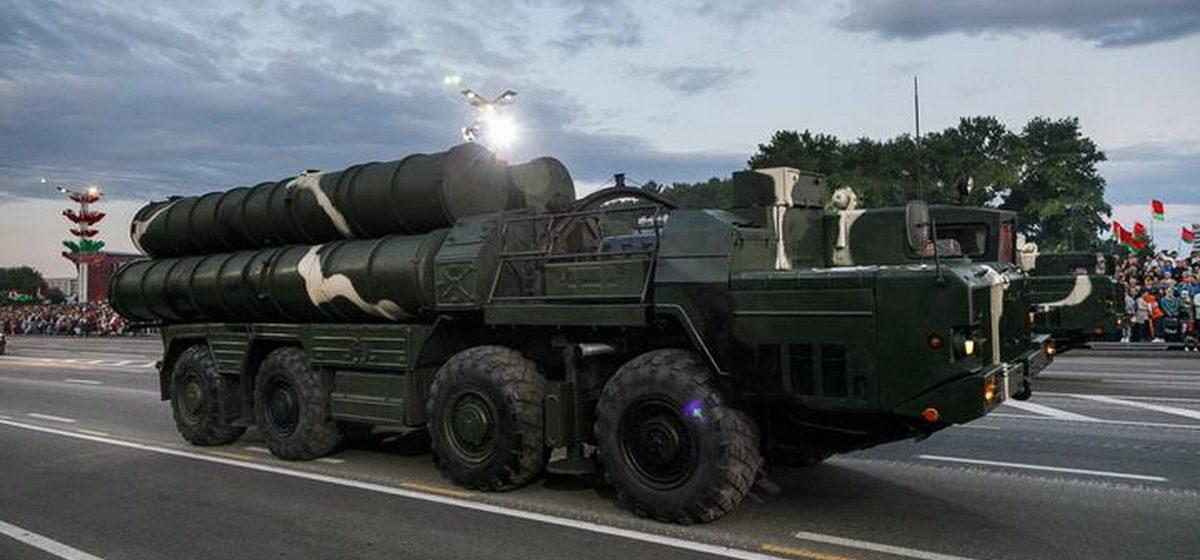 Под Барановичами заметили военную машину с огромной трубой. Рассказываем, что это такое